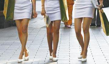 """北京""""一夜入夏"""":街头清凉装扮随拍"""