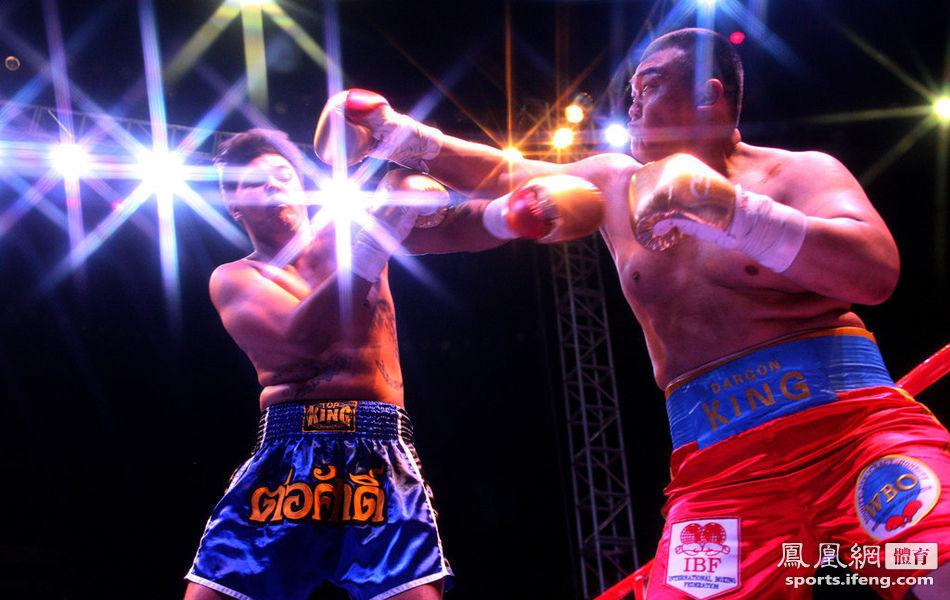 亚洲拳王张君龙ko泰拳手再获金腰带 对方被打昏入院