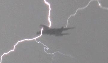 客机遭闪电袭击瞬间