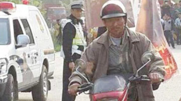 """刘德华骑摩托车上高速被警察""""逮"""""""