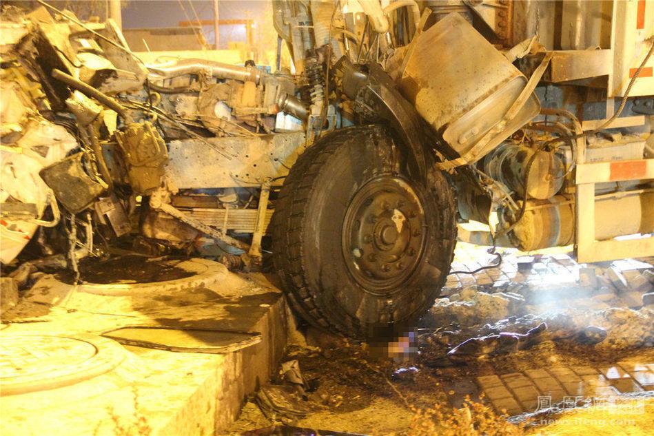高清图—大连西北路867号新体育场路两货车相撞现场惨烈