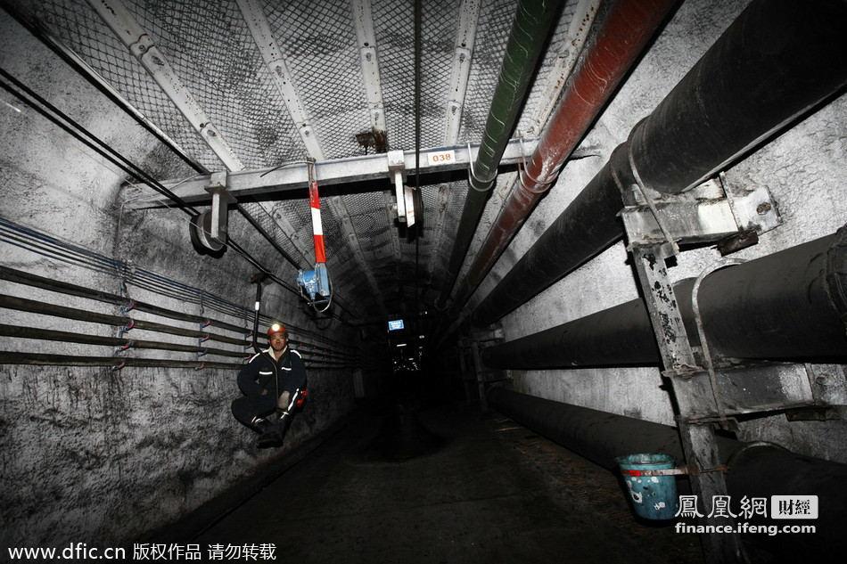 业集团公司杨庄煤矿地下720米深处的矿井下,上中班的煤矿工人乘