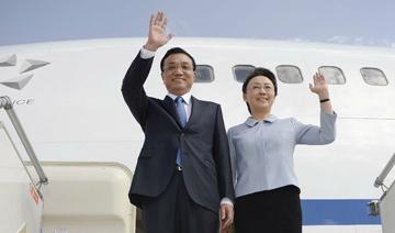李克强与夫人程虹走下飞机