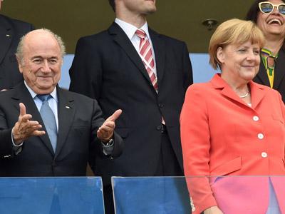 胡梅尔斯头球破门德国2-0 总理默克尔起身鼓掌