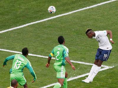 法国队角球开出 博格巴头球顶进空门