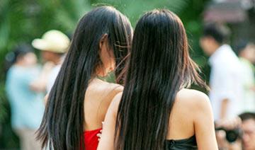 重庆40度美女街拍:短裙 裸背 露脐装