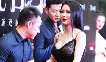 娱乐一周图片:女星性感亮相 一旁两男子侧目