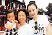 李小璐素颜抱女儿游玩 妈妈出镜