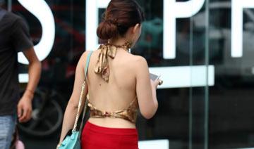 重庆街拍:高温难耐 肚兜上街