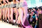 一群男人抢地盘拍Showgirl