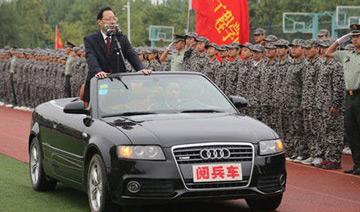 安徽一高校领导坐敞篷车阅兵画面