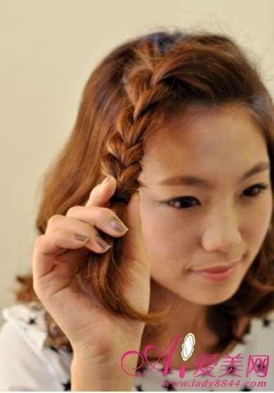 把抓起的刘海发束扎成麻花辫,辫子不宜过紧或过松,适度自然就好,然图片