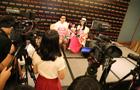新加坡当地媒体采访李湘一家