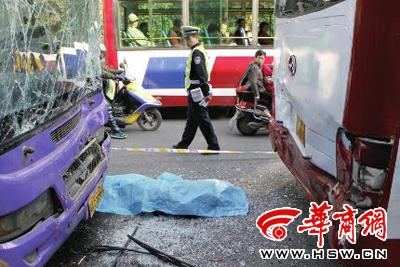 大庆路两公交车进站时追尾 男子被夹中间不幸身亡