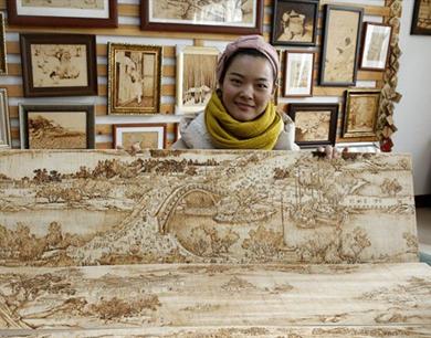 女孩耗时一年烙画9米清明上河图