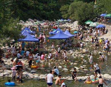 高温持续袭城 秦岭成市民周末消暑圣地