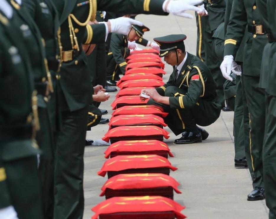 韩国归还437具中国志愿军烈士遗骸 乘专机回国
