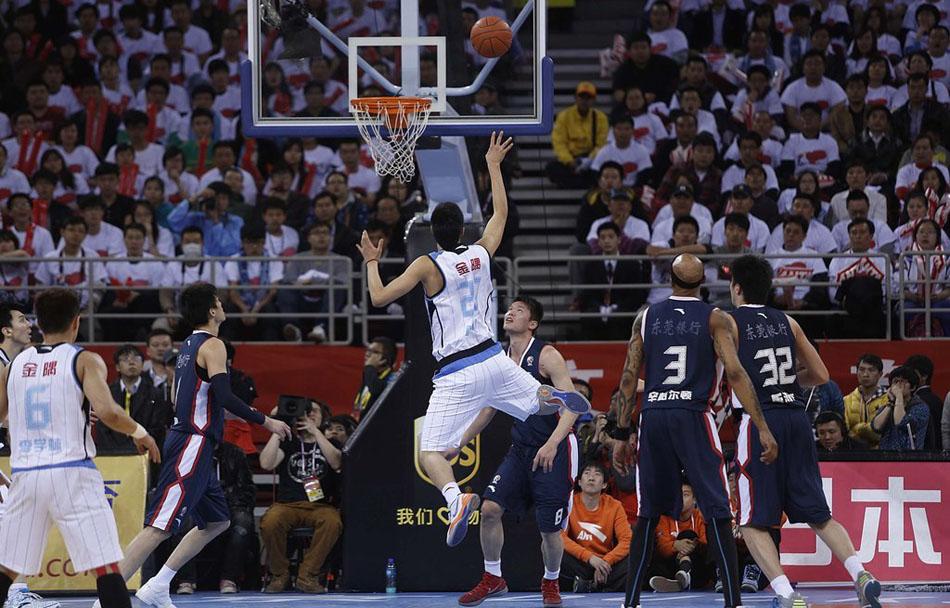 2012年3月30日,CBA总决赛第5场。北京主场战胜广东,夺得队史首个总冠军。翟晓川投篮。