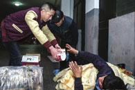 长沙公益组织帮助流浪者多年 一个电话他们送去棉被