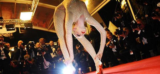65届戛纳电影节  《悸动的冬青木》首映 舞者红毯上秀软体功抢镜