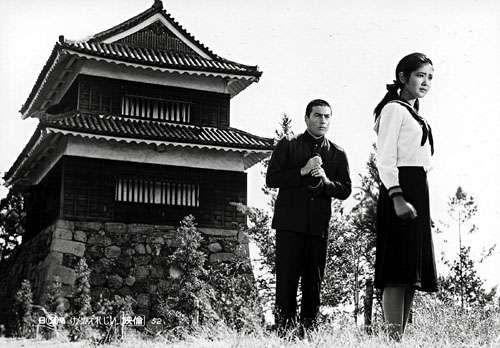 《暴力挽歌》由日本当时著名的激进左翼导演新藤兼人编剧。