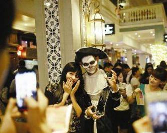 昨日万圣节泉州万人空巷 女童被打扮成蜘蛛精