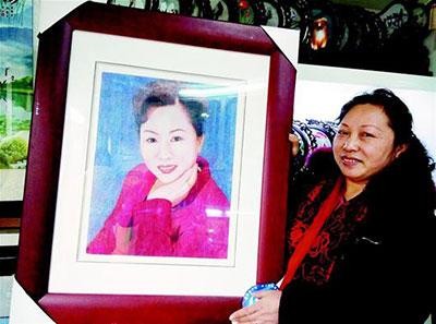 康秀丽展示汉绣肖像