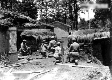 1944年8月1日,腾冲街头阵地,中国远征军53军116师346团士兵用火箭筒攻击日军。