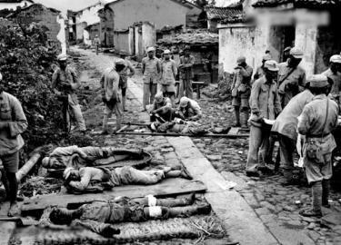 1944年10月4日,严重受伤的中国士兵在腾冲一个临时救助站里等待救治。