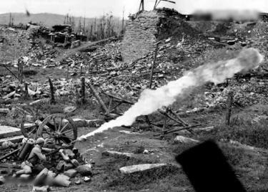 1944年10月4日,腾冲阵地上,中国士兵使用火焰喷射器攻击日军碉堡。
