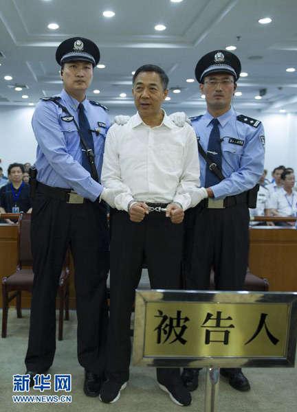 这是一审宣判后,法警给薄熙来戴上戒具(9月22日摄)。 新华社记者谢环驰摄