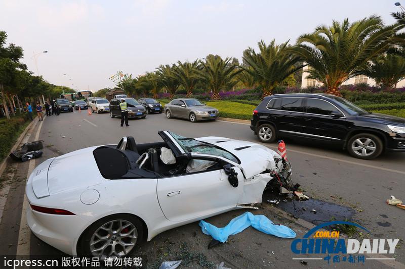 白色捷豹f-type跑车超速行驶发生车祸.一捷豹跑车在市区道路高清图片