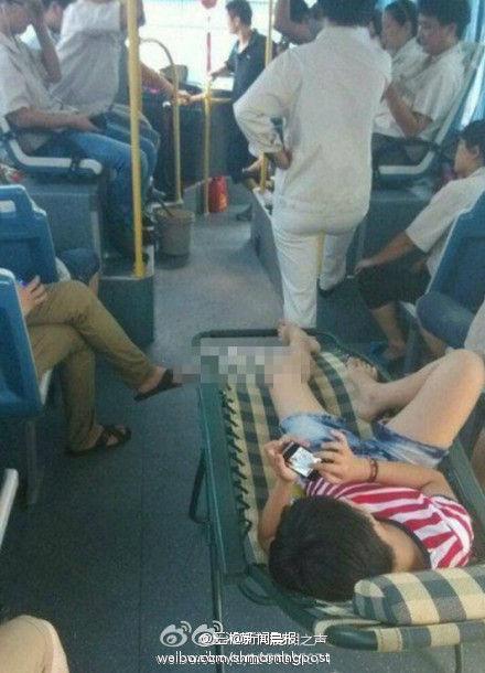 公共汽车上睡觉-公交车上睡卧铺   羡煞苦等座位君   网友@王蜀辉发微博:当你站在公高清图片