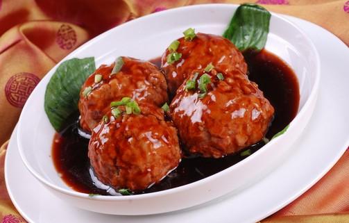 红烧狮子头 红烧狮子头也被称为四喜丸子。是中国逢年过节常吃的一道菜,也经典淮扬菜。 由四个色泽金黄、香味四溢、形态栩栩如生的丸子组成,寓意人生福、禄、寿、喜。常用于喜宴、寿宴等宴席中的压轴菜,以取其吉祥之意。 制作工艺: 1.猪肉剁成猪肉馅,葱一半切成末一半切成小段,姜一半切成末,另一半切成片 2.
