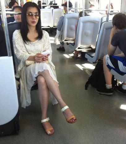 王祖贤公交车上给老人让座 网友惊呼美得像幅画(图)