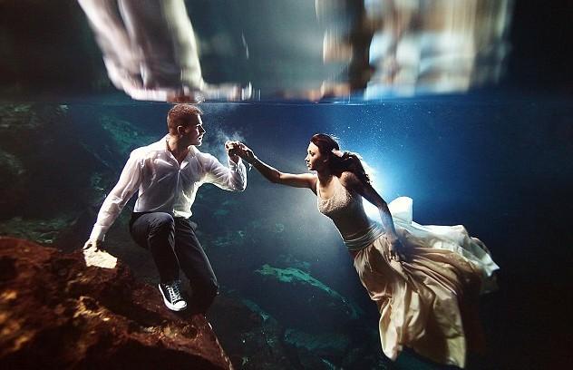 英国《每日邮报》4月9日刊登了一组梦幻婚纱照,照片中一对对新婚夫妇们穿起精致的婚纱礼服,在水下摆出各种轻盈曼妙的姿势,光与影在水中的绝妙结合营造出一种如梦如幻的童话般景致。