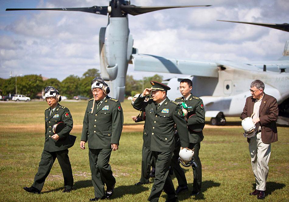 梁光烈乘坐美国陆战队V-22垂直起降运输机抵达基地