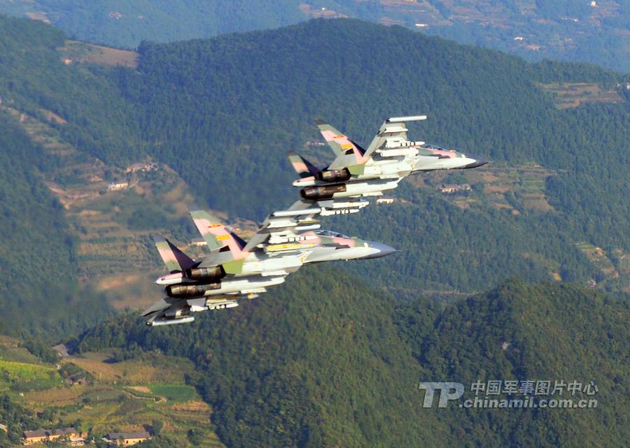 中国空军新涂装苏-30机群练超低空穿越峡谷隐蔽突防【组图】 - 春华秋实 - 开心快乐每一天--春华秋实