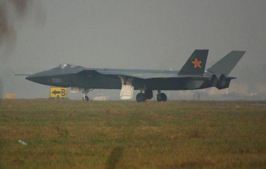 资料图:网友曝光的歼-20最新飞行测试照。