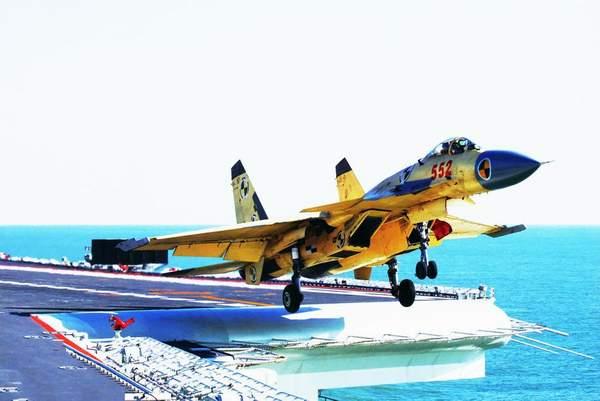 资料图:歼-15舰载机在辽宁舰上进行起降飞行训练。