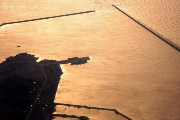 资料图:黄昏下航母军港内的场景。