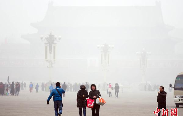 2月28日,北京出现雾霾,能见度不足千米。北京市气象台6时发布天气预报,28日白天阴有雾霾转晴有六七级北风。 中新社发 陆欣 摄…