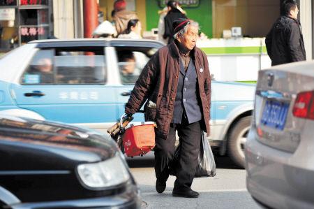 年龄限制高龄老人投保 摔倒险 2天售出近7000份