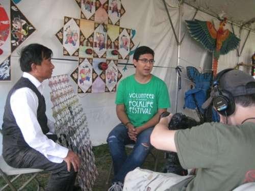 张文智接受美国当地媒体采访。资料图片