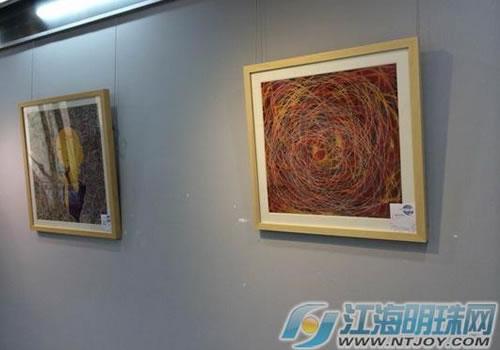 主题以敦煌壁画菩萨形象居多,在传统的工艺基础上结合现当代艺术的图片