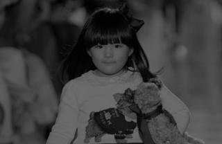 Angela王诗龄首登国际T台走秀萌翻全场