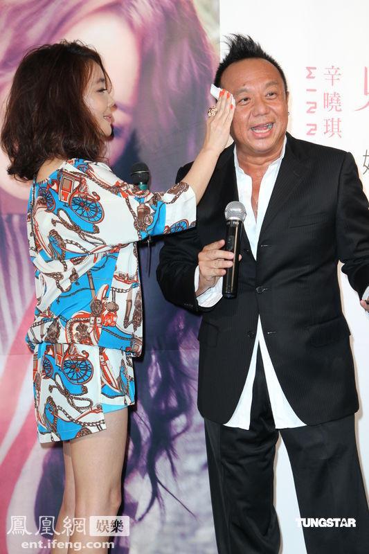 辛晓琪与齐秦合作新歌 制作人黄大炜到场祝贺