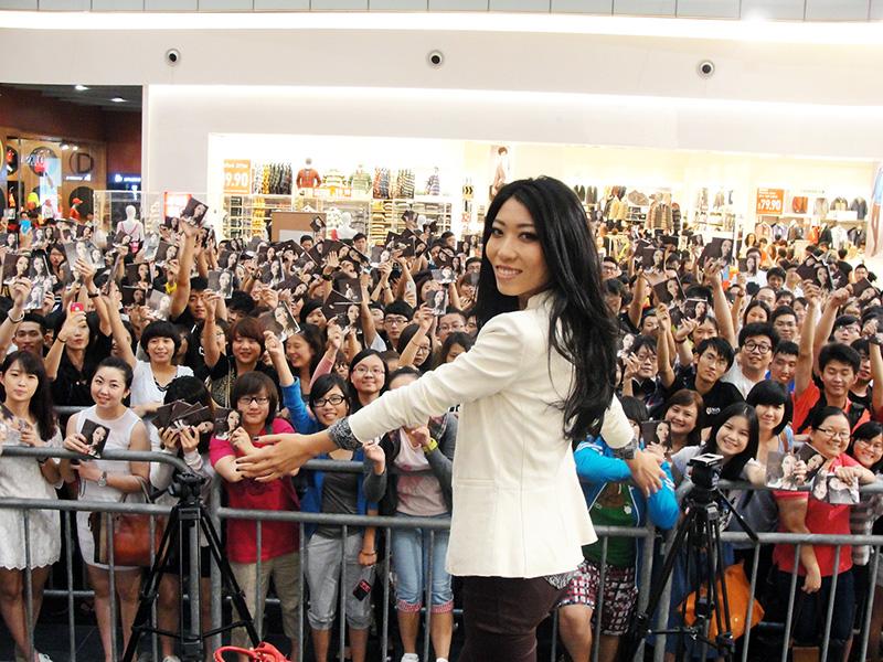 近日环球音乐旗下最具实力的原创音乐人曲婉婷赴新加坡展...
