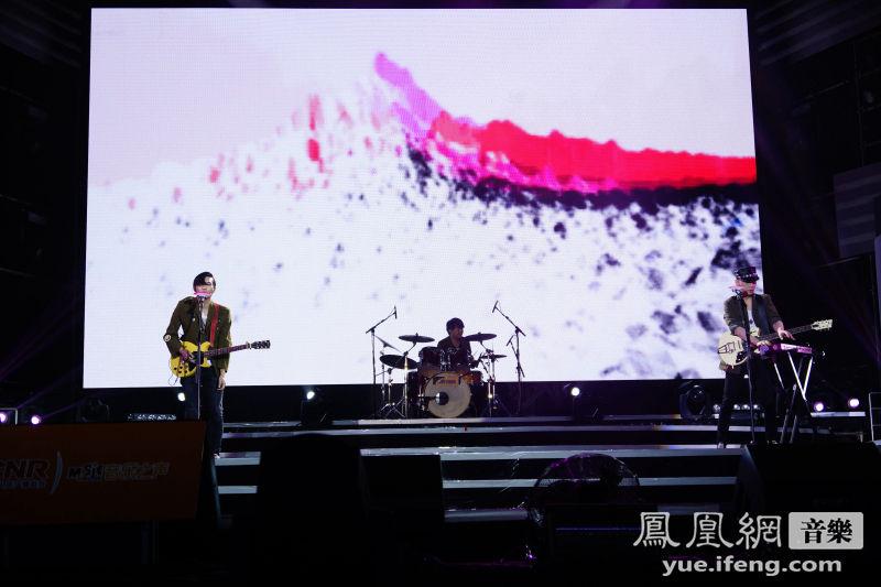 ...乐队斩获囊中.并现场演唱了新专辑当中的主打歌《直到世界尽...