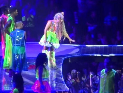 Lady Gaga演唱会丢表演服 引粉丝争抢怒劝架